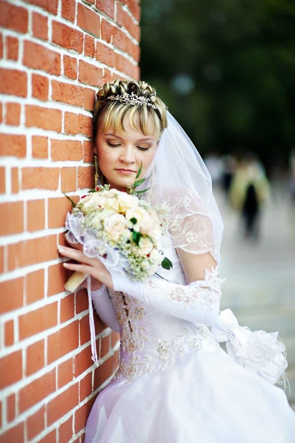 Mariée russe avec le bouquet de mariage photographie stock libre de droits