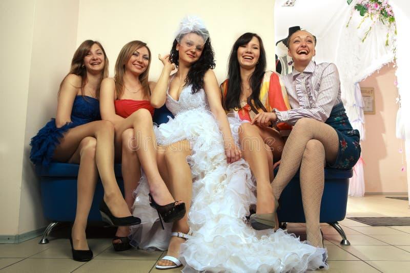 Mariée s'asseyant avec des amies images libres de droits