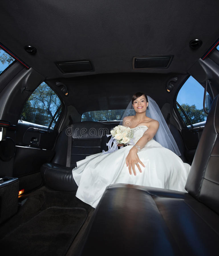 Mariée s'asseyant dans la limousine image stock