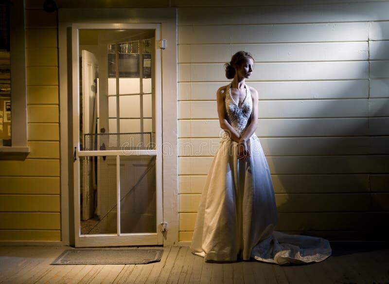 Mariée sur le porche arrière images stock