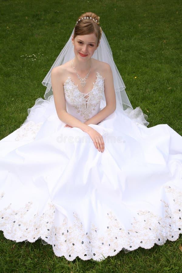 Mariée sur le pré photo libre de droits
