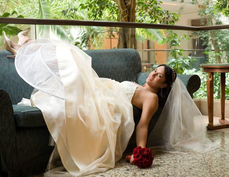 Mariée sur le sofa images stock