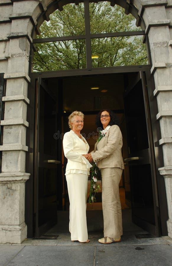Mariées lesbiennes devant l'hôtel de ville après cérémonie de mariage photos libres de droits