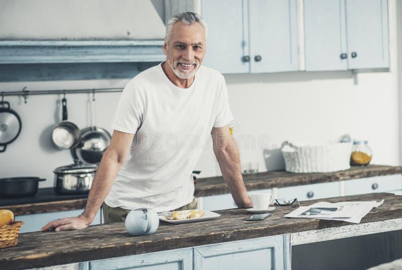 Mari aimant de soin faisant cuire le petit déjeuner pour son épouse photo libre de droits