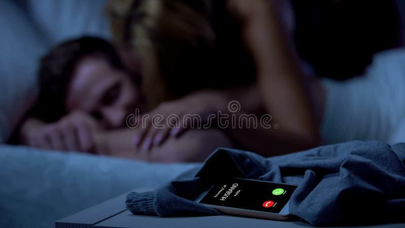 Mari appelant, épouse trichant avec l'amant, trahison cassée de relations, divorce images stock