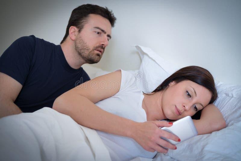 Mari découvrant la trahison de son épouse photo libre de droits