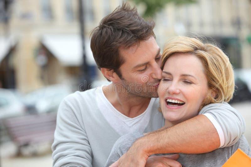Mari embrassant l'épouse photo libre de droits