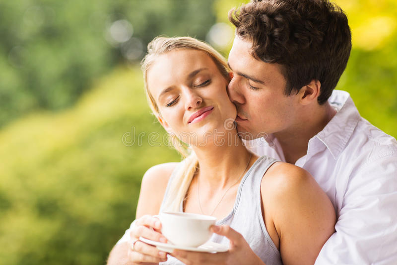 Mari embrassant l'épouse photo stock