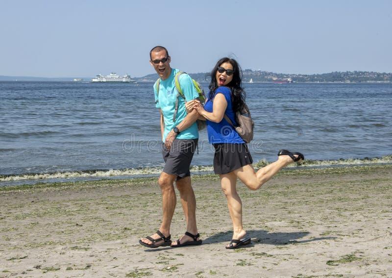 Mari et épouse ayant l'amusement marchant sur Alki Beach, Seattle, Washington image libre de droits