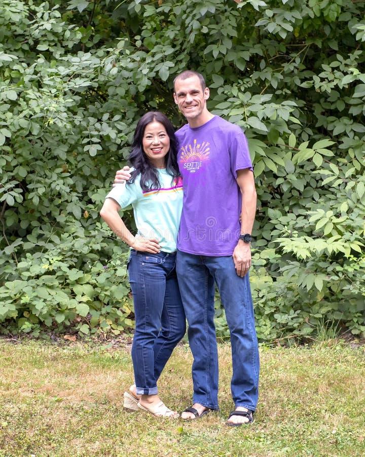 Mari et épouse posant pour la photo de famille en Washington Park Arboretum, Seattle, Washington image stock