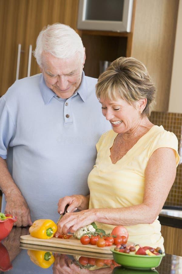 Mari et épouse préparant des légumes image stock