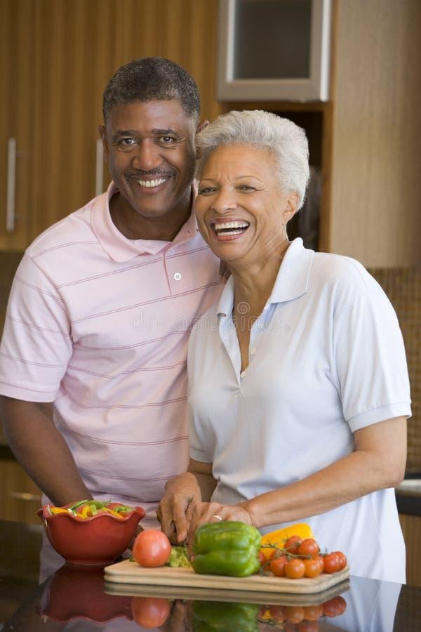 Mari et épouse préparant le repas photos stock