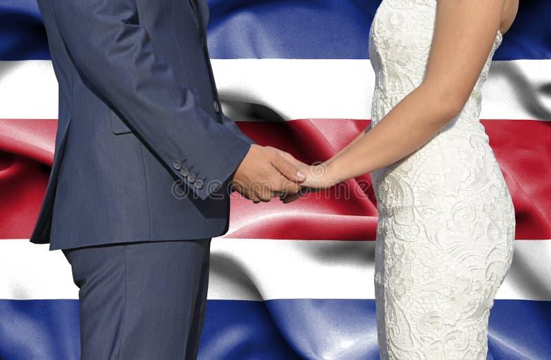 Mari et épouse tenant les mains - photographie conceptuelle de mariage en Costa Rica image libre de droits