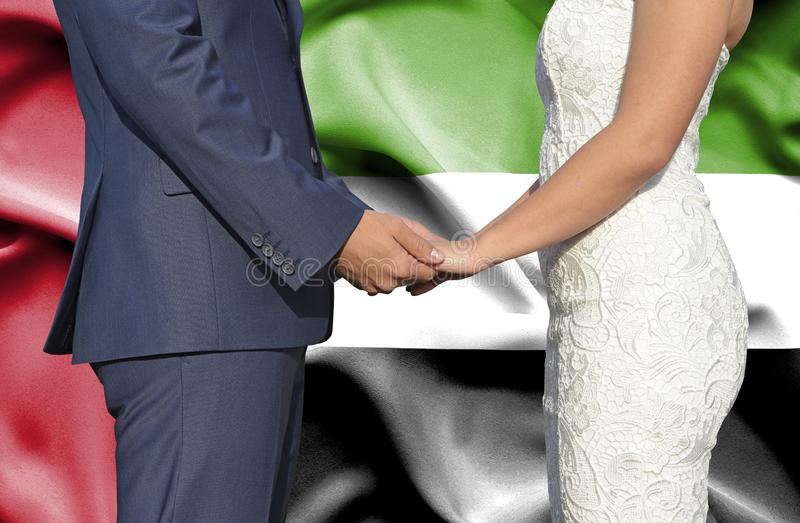Mari et ?pouse tenant les mains - photographie conceptuelle de mariage aux Emirats Arabes Unis photographie stock libre de droits