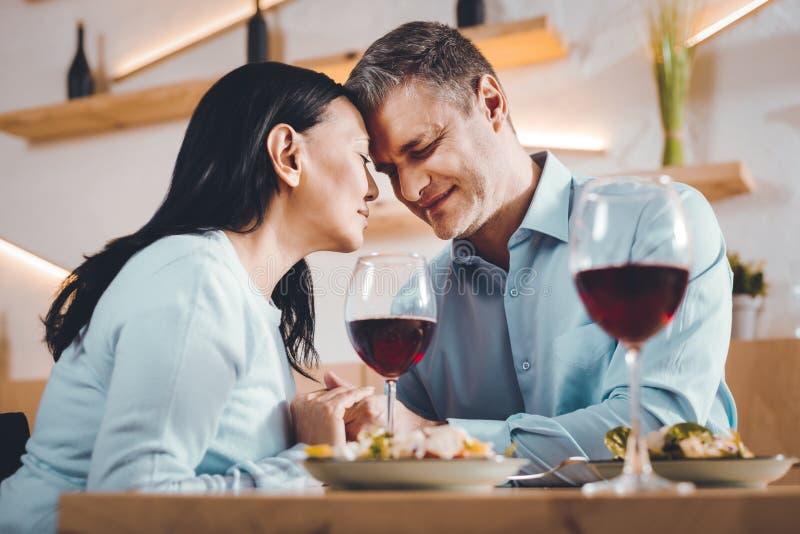 Mari heureux et épouse dînant ensemble photo libre de droits
