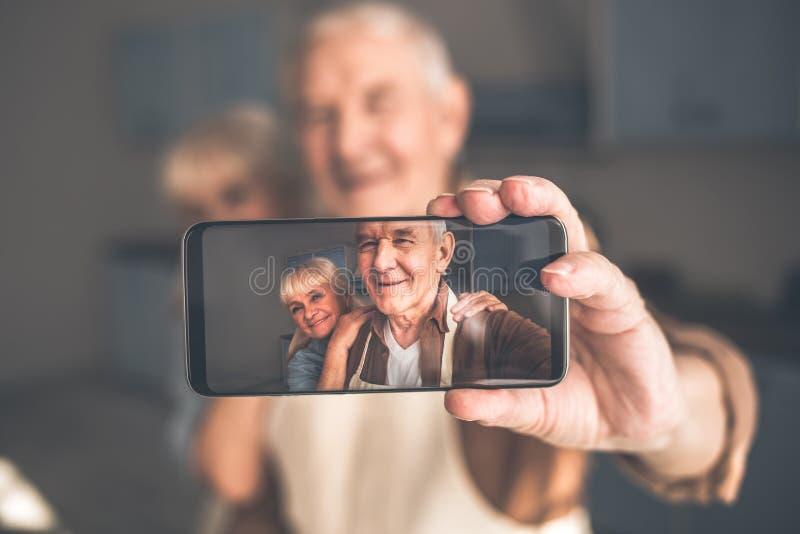 Mari heureux et épouse mûrs faisant le selfie au téléphone images libres de droits