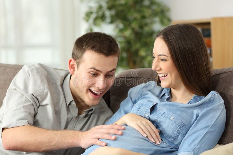 Mari heureux et femme enceinte s'attendant à la naissance photo stock