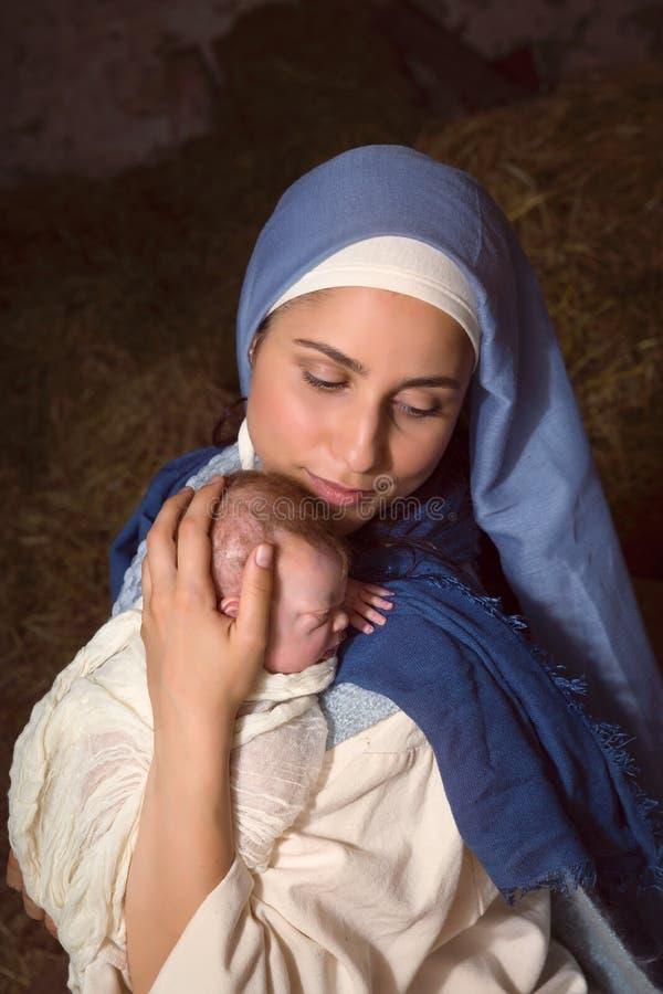 Maria che abbraccia bambino Gesù fotografia stock libera da diritti