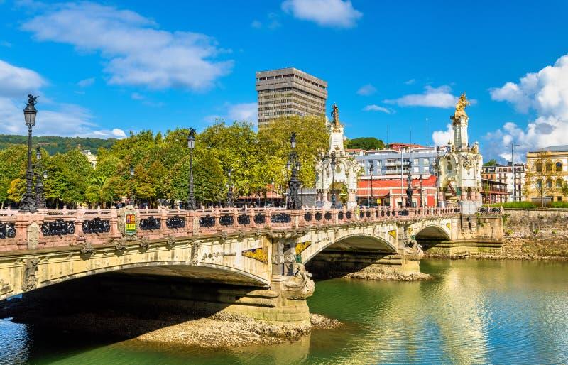 Maria Cristina Bridge över den Urumea floden i San Sebastian, Spanien arkivbilder