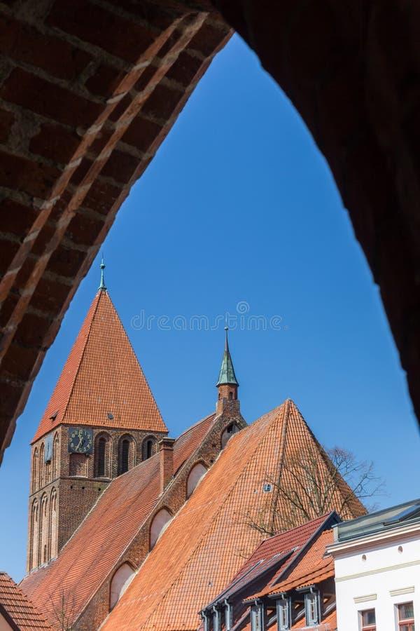Maria-Kirche angesehen von unterhalb des Greifswalder-Felsen-Stadttors in Grimmen stockbilder