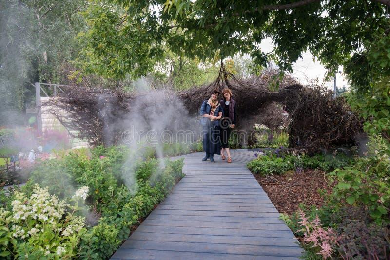 Maria Prints och Marina Beresneva шт egen trädgård royaltyfri bild