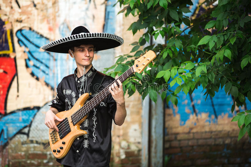 Mariachi con una guitarra en la calle foto de archivo libre de regalías