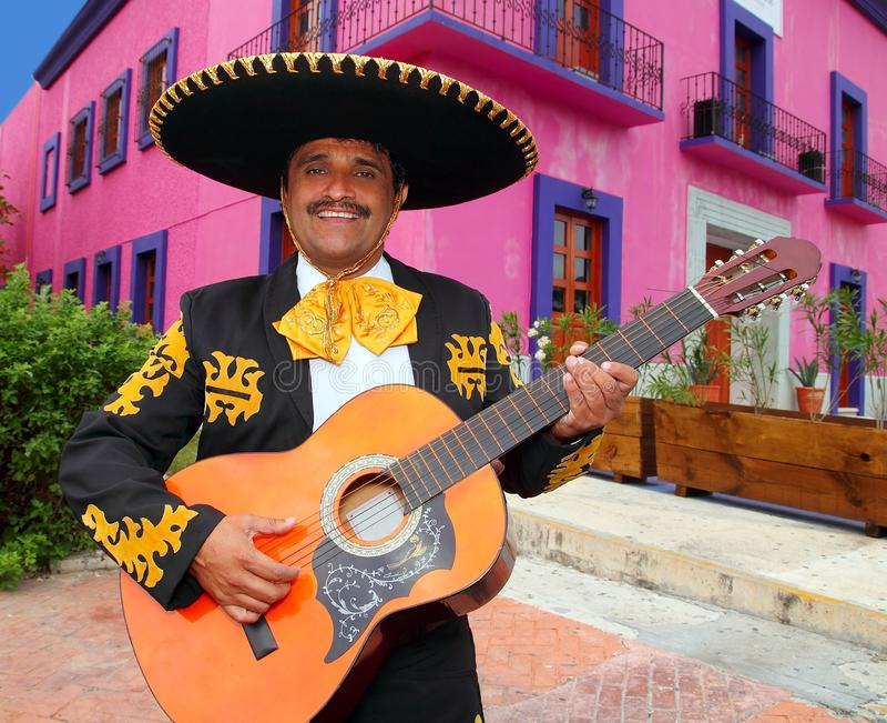 Mariachi de Charro jouant des maisons du Mexique de guitare photo stock
