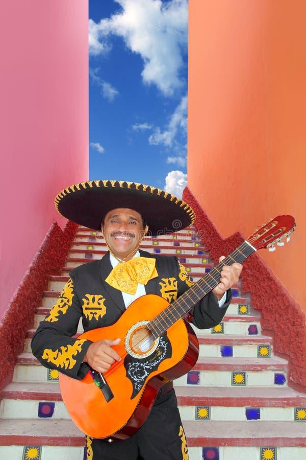 Mariachi de Charro que toca la guitarra en la escalera de México fotos de archivo