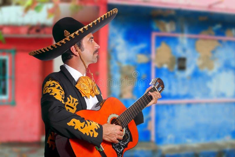 Mariachi di Charro che gioca le case del Messico della chitarra fotografie stock libere da diritti