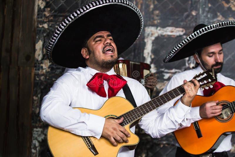 Mariachi mexicano dos músicos no estúdio imagem de stock royalty free