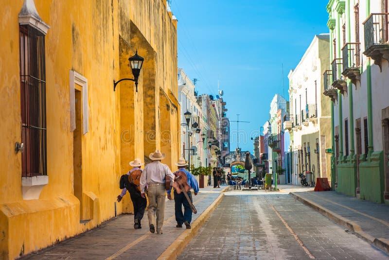 Mariachi på gatorna av den koloniinvånareCampeche staden, Mexico arkivbild