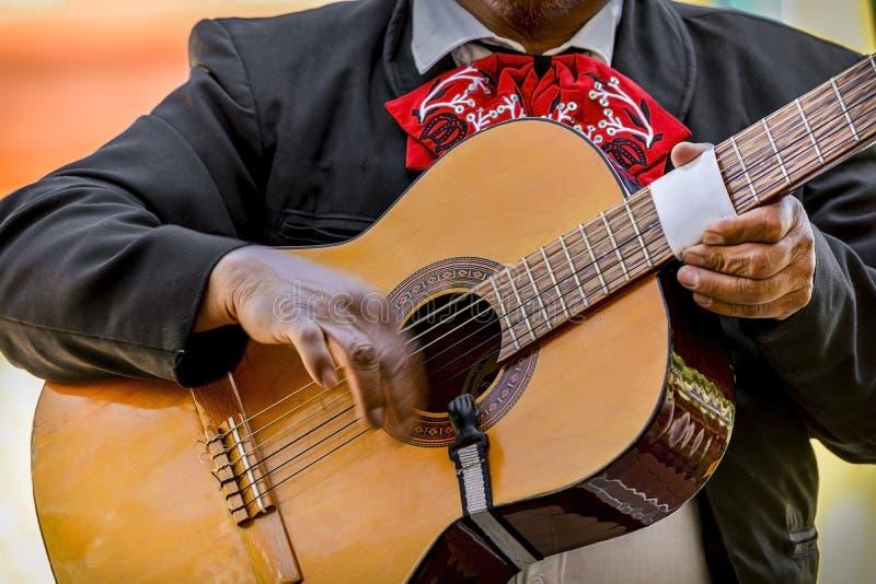 Mariachi som spelar den akustiska gitarren under dagen royaltyfri fotografi