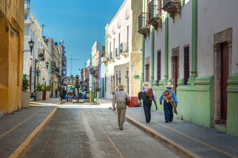 Mariachi sulle vie della città di Campeche del coloniale, Messico fotografia stock