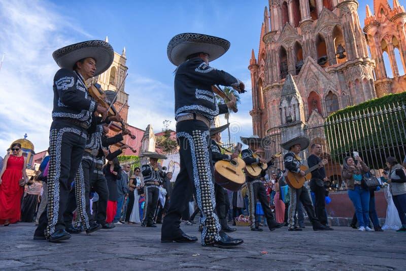 Mariachi versehen in Mexiko mit einem Band stockfoto