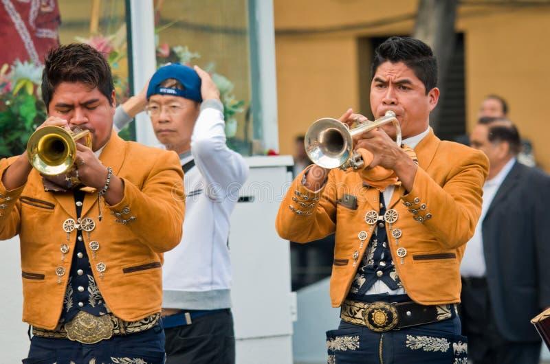 Mariachi versehen Spielmexikanermusik mit einem Band stockfoto