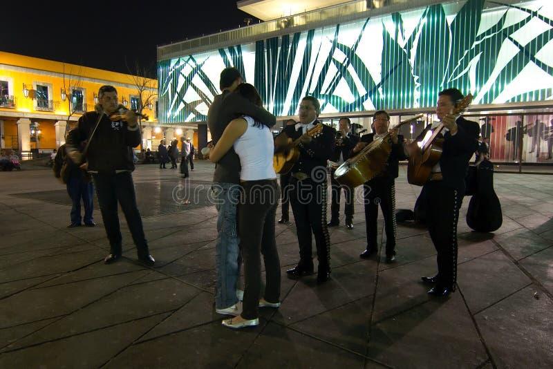 Mariachis mit jungen Paaren in der Piazza Garibaldi lizenzfreie stockfotografie