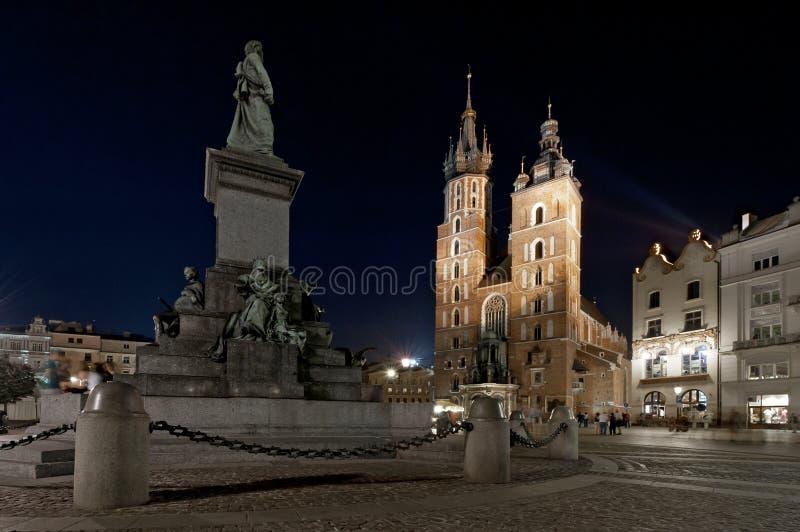 Mariack Kirche nachts in Krakau, Polen stockfotos