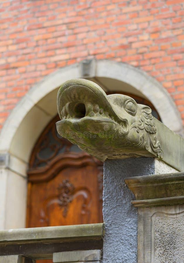 Mariacka gata, grotesk vattenkastare på framdel av hyreshusen, Gdansk, Polen royaltyfri bild