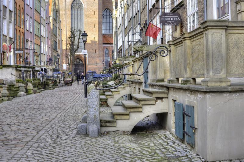 Mariacka gata och sikt av Sts Mary kyrka i den gamla staden av Gdansk, Polen arkivbilder