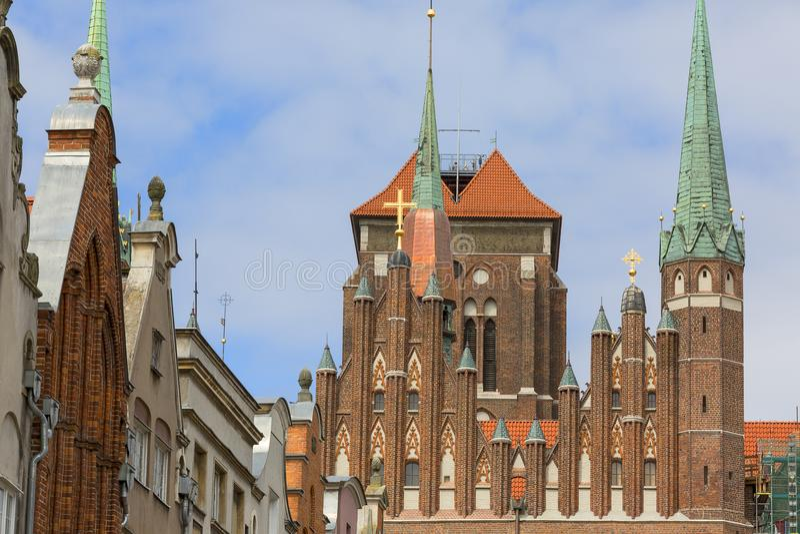 Mariacka ulica z kolorowymi fasadami tenement domów i StMary ` s kościół, Gdańskimi, Polska zdjęcie stock