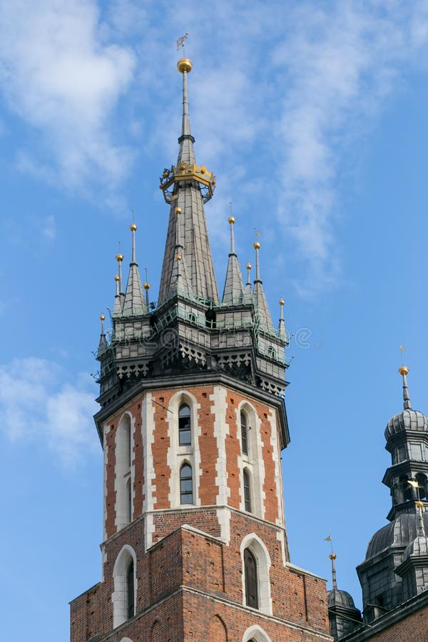 Mariacki-Kirchturm in Krakau in Polen stockfotografie