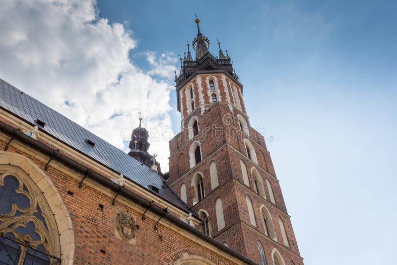 Mariacki-Kirchturm in Krakau in Polen stockbild