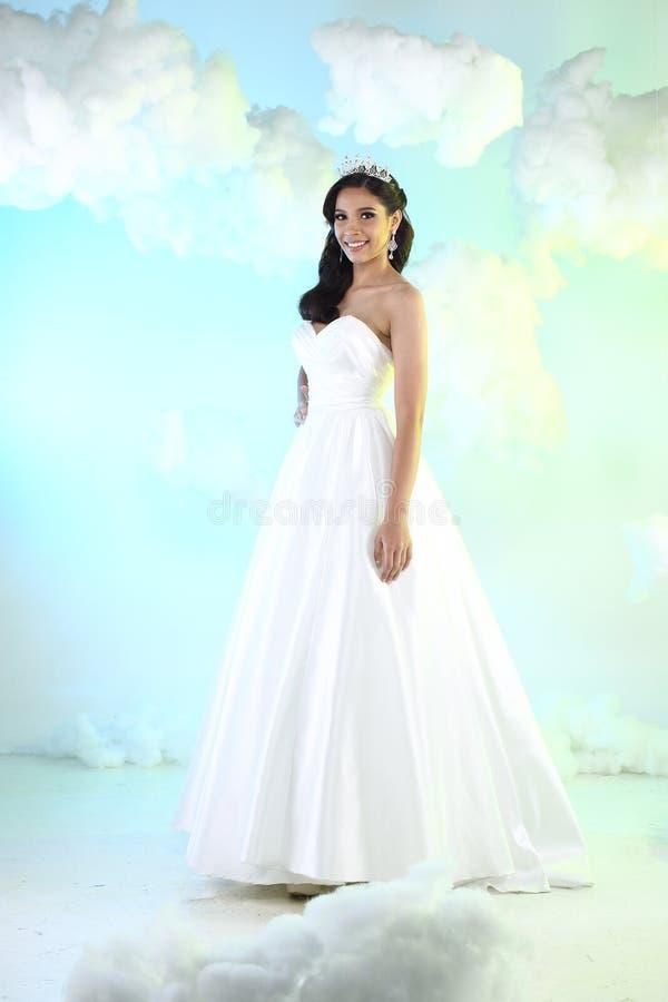 Mariage blanc de belle belle jeune mariée asiatique de femme photographie stock libre de droits
