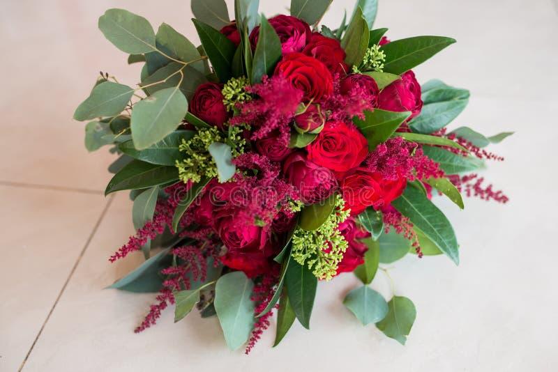 mariage Bouquet nuptiale luxuriant des roses rouges et de beaucoup de verdure images stock