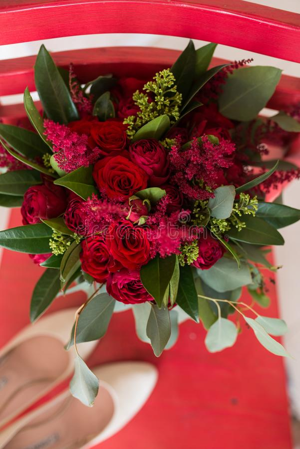 mariage Bouquet nuptiale luxuriant des roses rouges et de beaucoup de verdure photo stock