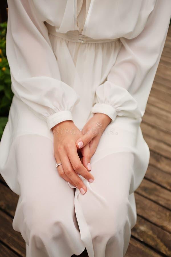 Mariage conceptuel, le matin de la jeune mariée dans le style européen Robe de boudoir et un bouquet des fleurs, honoraires dans  photographie stock