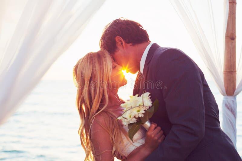 Mariage de coucher du soleil images stock