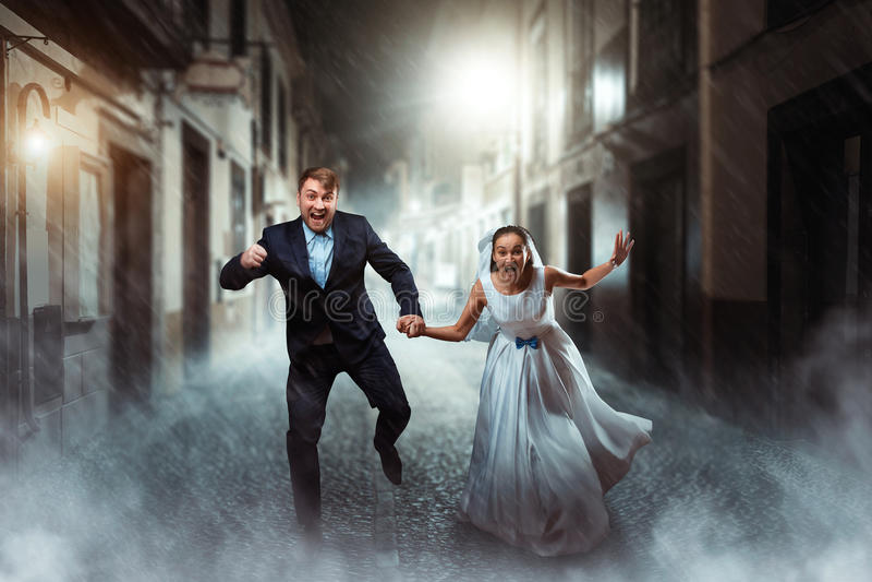 Mariage de couples d'amour, séance photos de nuit images stock