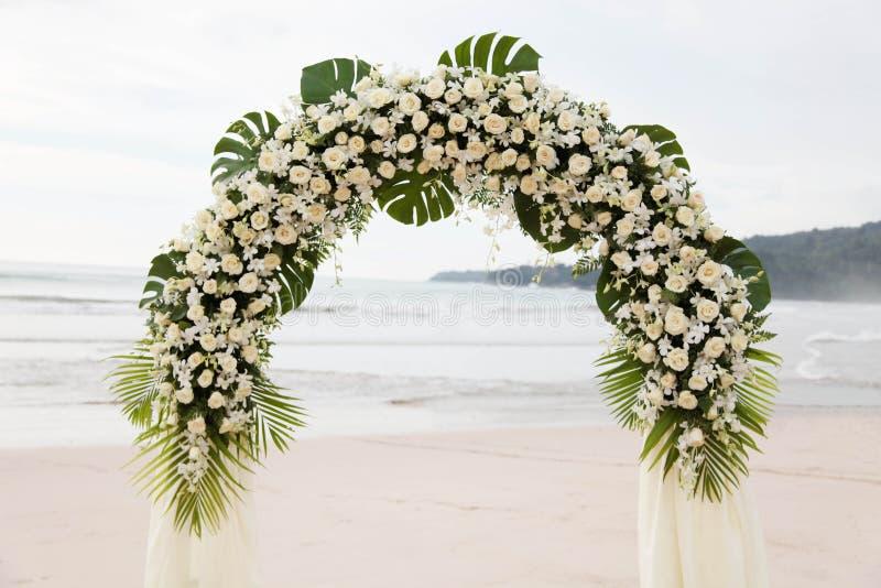 Mariage de destination sur la plage. image libre de droits