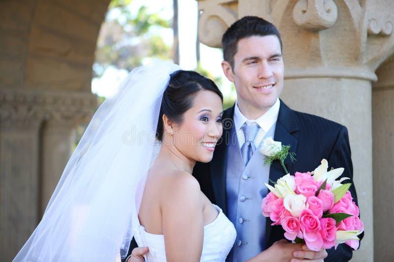 Mariage de mariée et de marié (ORIENTATION SUR LA MARIÉE) photo libre de droits